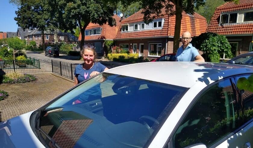 <p>Margit en Dedmer bij een van de deelauto&#39;s.</p>
