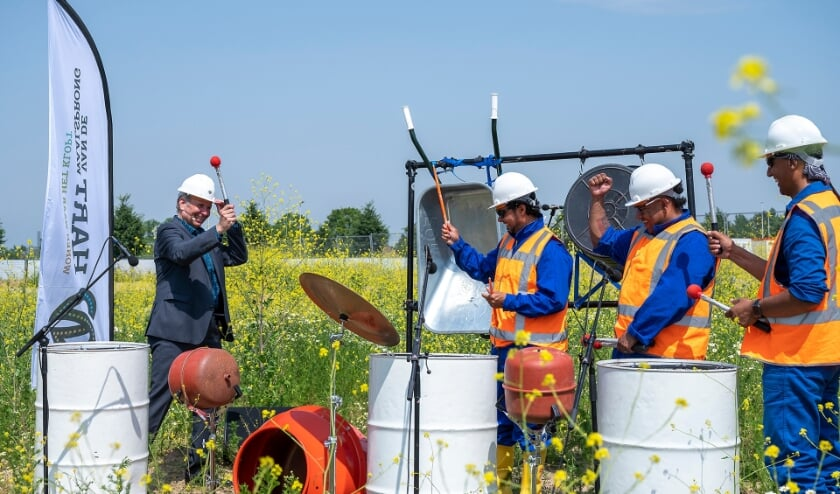 <p>Wethouder Vergunst geeft het startsein met tromgeroffel samen met de band DrumBoost voor de nieuwbouw van Hart van de Waalsprong, Nijmegen.&nbsp;</p>