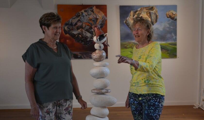 <p>Medewerkers van het Museum Elburg genieten zelf ook van de tentoonstellingen.</p>