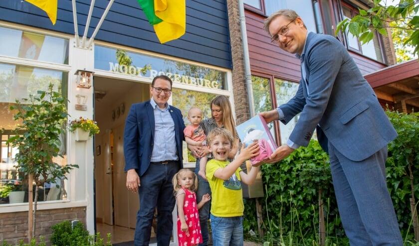 <p>&nbsp;Wethouder Arno Bonte overhandigde de eerste fijnstofsensor aan Rob Oosterlee in Rozenburg.&nbsp;</p>
