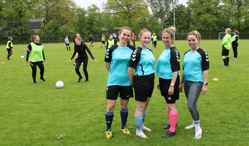 <p>De vrouwen in het wedstrijdtenue voor het nieuwe seizoen. (Foto: Henk Jansen)</p>