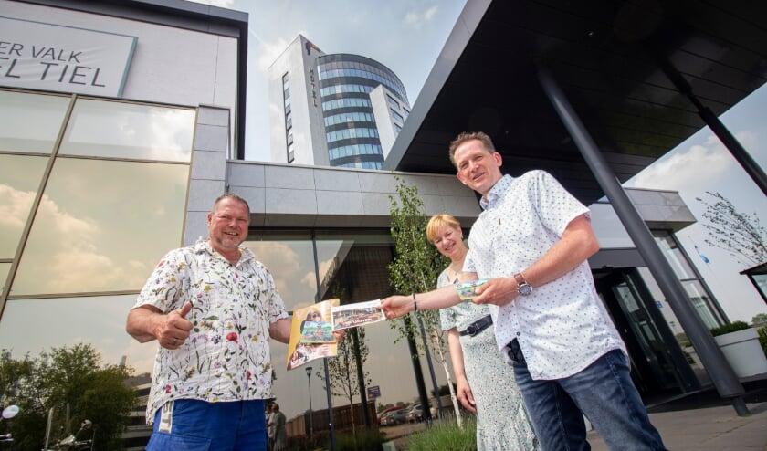 Frederik Bennis (links) reikt namens de Tour de Waal-organisatie de prijs uit aan het echtpaar Van Mourik
