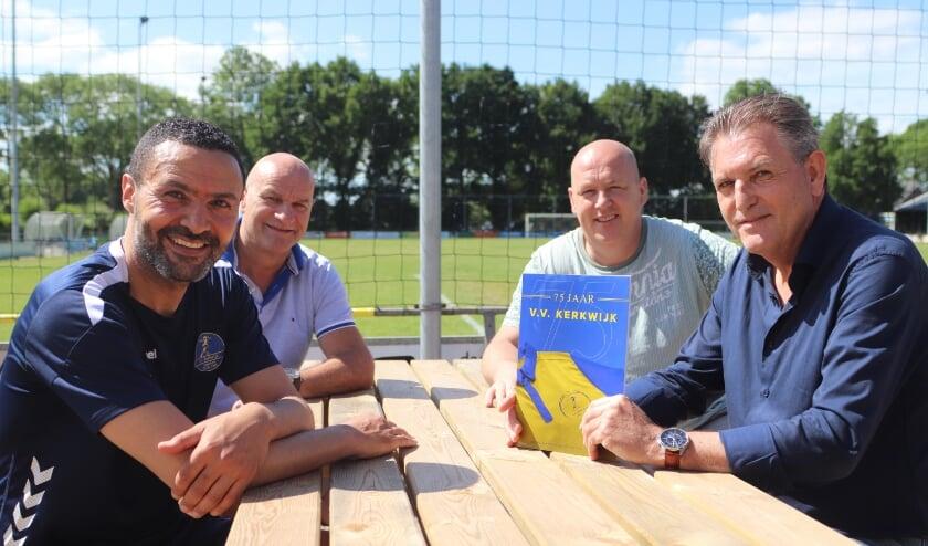 <p>Voorzitter Johan Oomen is trots op het jubileumboek. Op de foto ook trainer Nabil Bouchlal en Kees Westerlaken en Marc de Bijl&nbsp;</p>