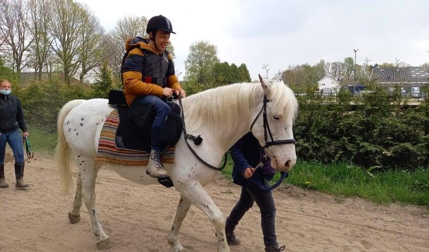 <p>Ruiters met een beperking komen paardrijden bij De Stalvrienden.</p>
