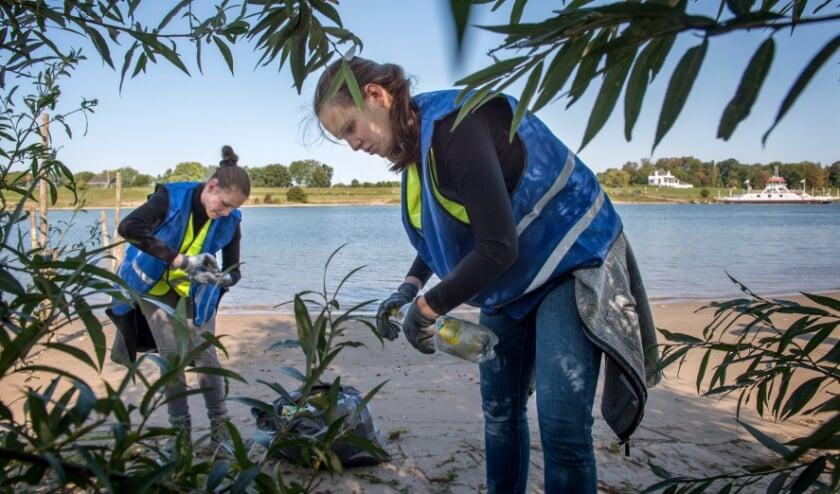 <p>Vrijwilligers van het IVN gaan op de worldcleanupday op pad om zwerfafval op te ruimen.</p>