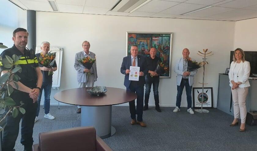 <p>Burgemeester Delhez met de medeondertekenaars van het convenant veilig en sportief sporten in Veldhoven.</p>