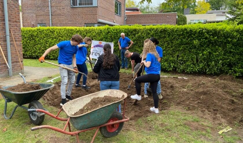 <p>Onder toeziend oog van flexvrijwilliger Laurens graven de trainees het gat voor de trampoline.</p>