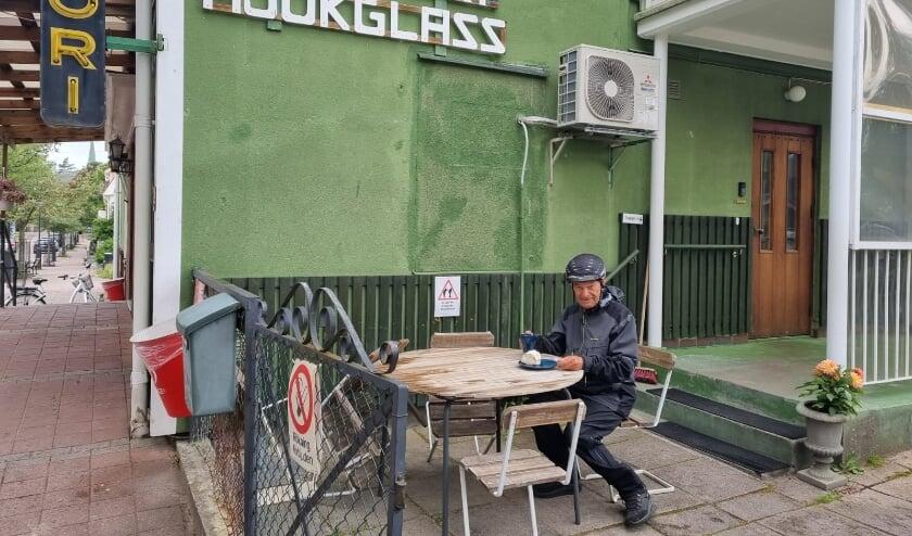 <p>Rob van Hoogdalem houdt een pauze, in de regen op het terras in het Zweedse Hagfors.</p>
