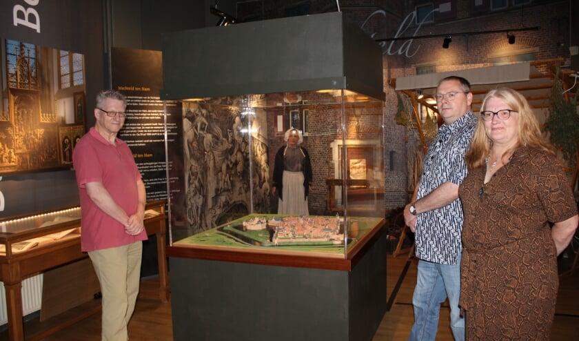 <p>Conservator Hans Hegman en medewerkers Tim Huisman en Tamara Nakken van het Stadsmuseum Bergh bij de stadsmaquette anno 1550&nbsp;</p>
