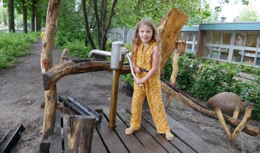<p>speelplezier bij de waterpomp op het groene schoolplein van De Plantage</p>