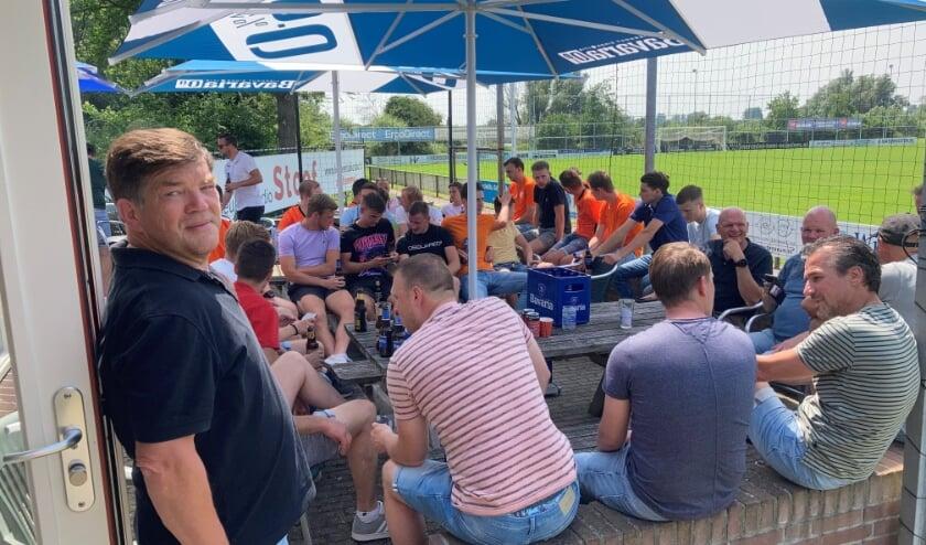 <p>vv Alem besloot het seizoen met een training gevolgd door een barbecue. Links vooraan trainer Ben Hoek.&nbsp;</p>