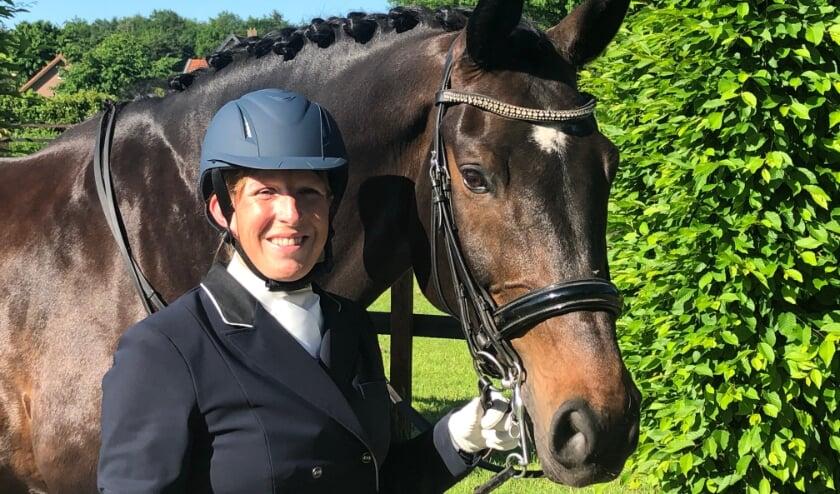 <p>Sanny Mazier met haar paard Bram, dat gestald staat bij haar ouders in Speuld.</p>