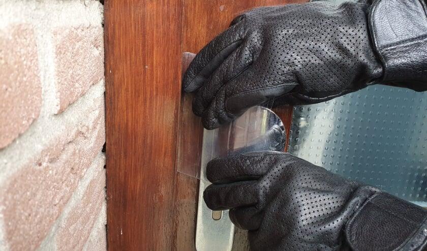 <p>Als een voordeur niet op slot is gedraaid, weet een inbreker daar wel raad mee. &nbsp;</p>
