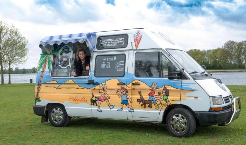 <p>Catheleine van de Scheur rijdt deze zomer met haar vrolijke ijsbus door de hele Bommelerwaard.</p>