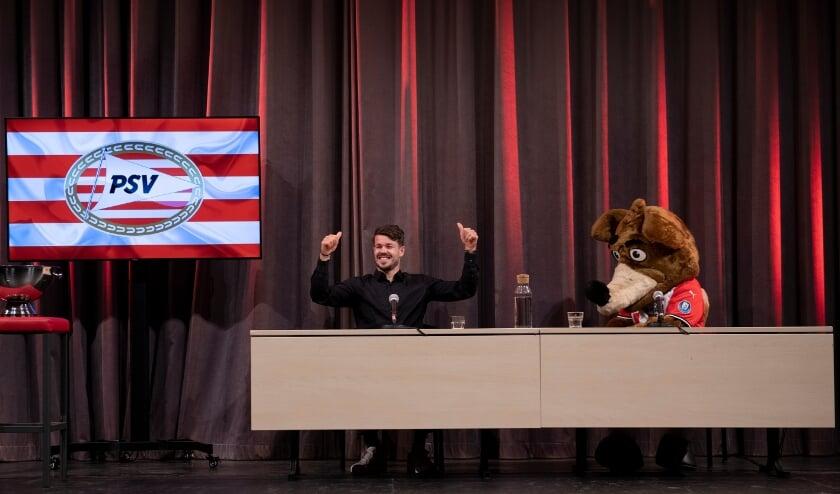 <p>PSV-speler Marco van Ginkel en Phoxy tijdens een bijeenkomst van Scoor een Boek!</p>