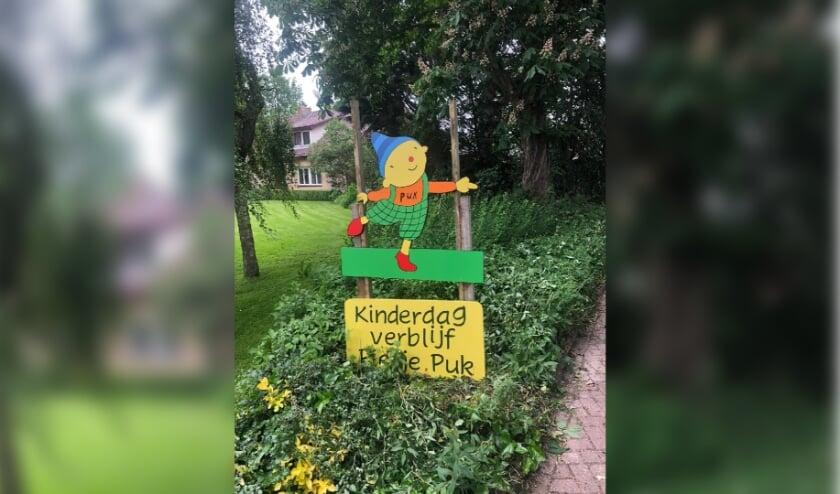 <p>Bij de ingang staat een nieuw bord van Pietje Puk. Het werd aan &#39;t eind van de feestweek aangeboden door de oudercommissie.&nbsp;</p>