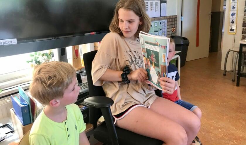 Elin Timmer (12) leest voor uit haar eigen prentenboek