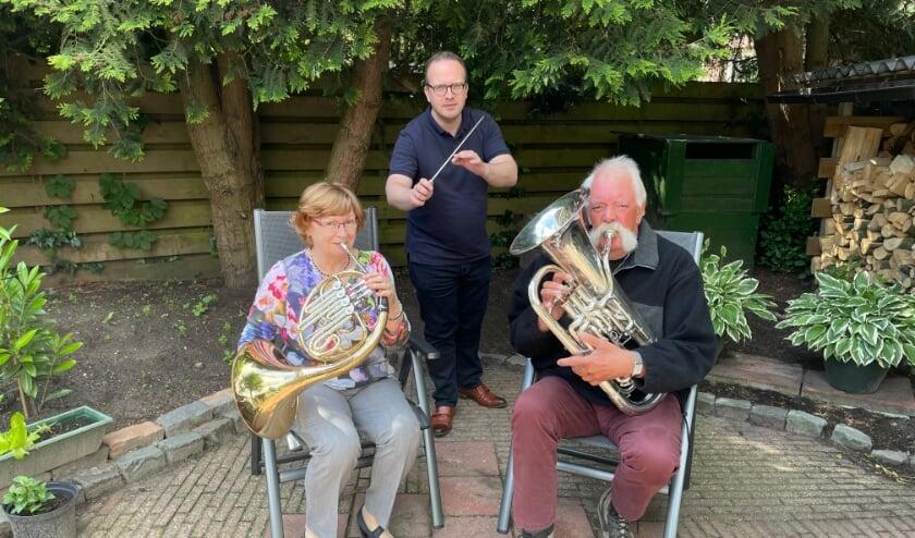 Gerda Bouwen met de hoorn, dirigent Adriaan Bruinink en Piet Kerkhoff met de euphonium.