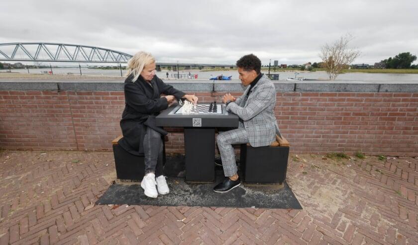 <p>Opening schaaktafel aan Waalkade bij basketbalveldje door Julius, bedenker en Monique Esselbrugge, wethouder</p>