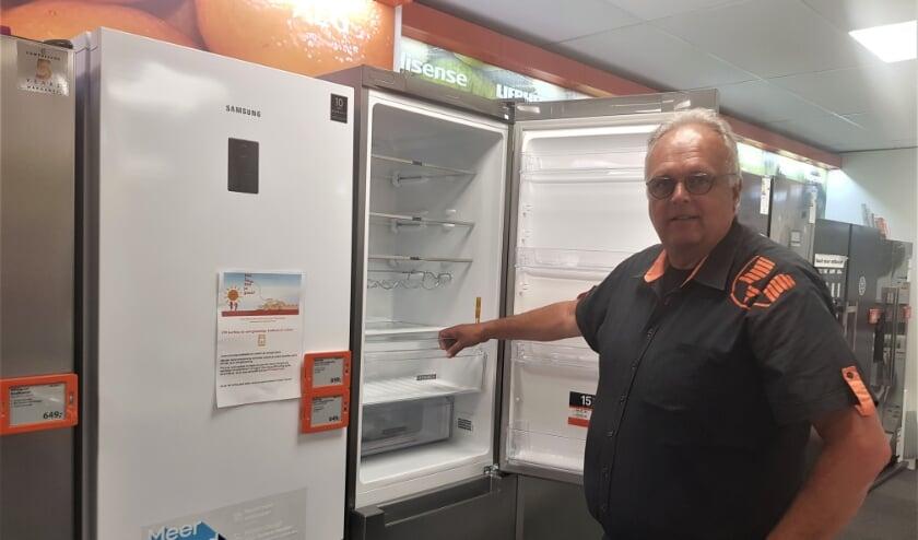 Herbert Boon toont een van de energiezuinige koelkasten die voor de kortingsactie in aanmerking komt. (foto: Kees Stap)