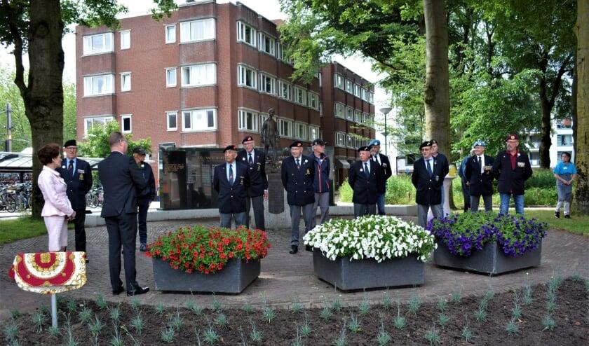 <p>Initiatiefneemster Maja Steenwijk (links) met de veteranen.</p>