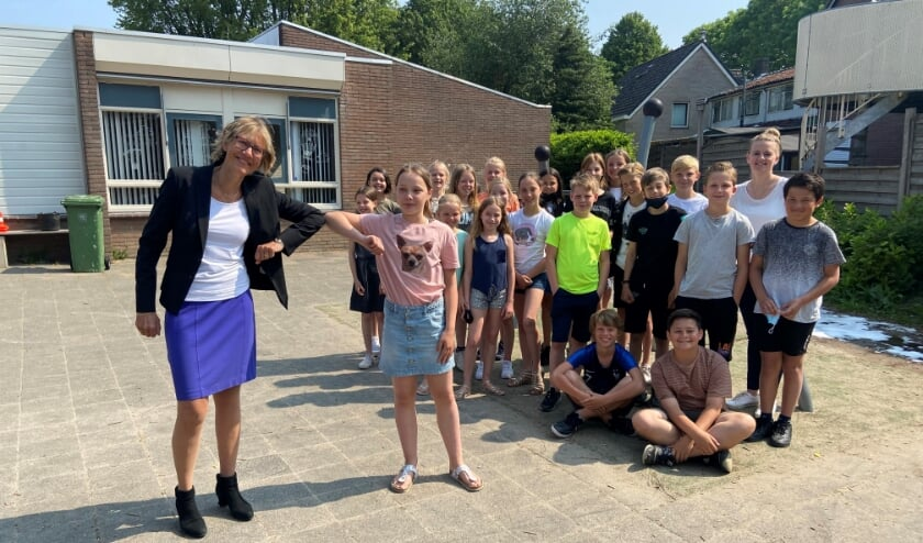 <p>Burgemeester Jolanda de Witte, Femke Tempelaar en haar klasgenoten en juf.&nbsp;</p>