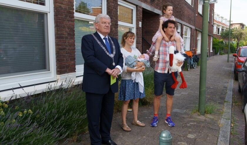 <p>De ouders en zus van Nanke kijken in het bijzijn van burgemeester Jan van Zanen naar de videoboodschap.&nbsp;</p>
