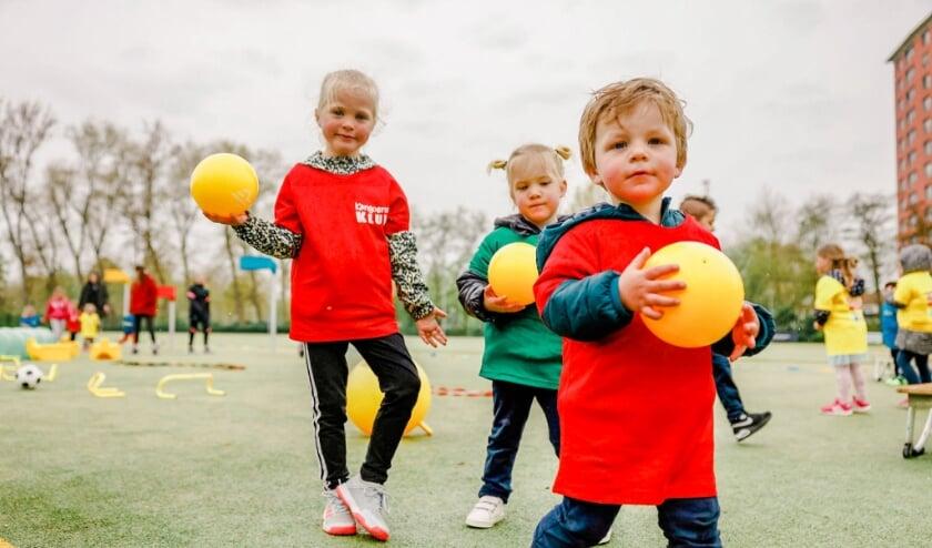 Kinderen van 2-7 jaar doen leuke spelletjes met en zonder bal op de Kangoeroe Klup van zaterdag 12-06-2021 van 10.00-11.00 uur