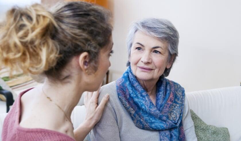 <p>Mensen ouder dan 50 en wie een ongeneeslijke ziekte heeft (geen leeftijdsgrens) en hun naasten, kunnen kosteloos vijf gesprekken hebben.</p>