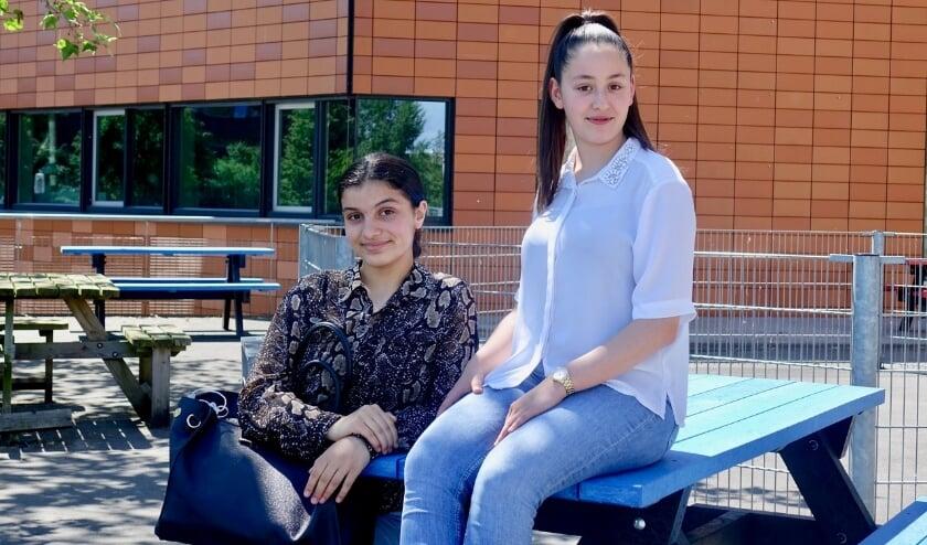 <p>Yasmina en Rania ori&euml;nteren zich op de toekomst in de sector zorg en welzijn. (foto: Henriett Somlai)</p>