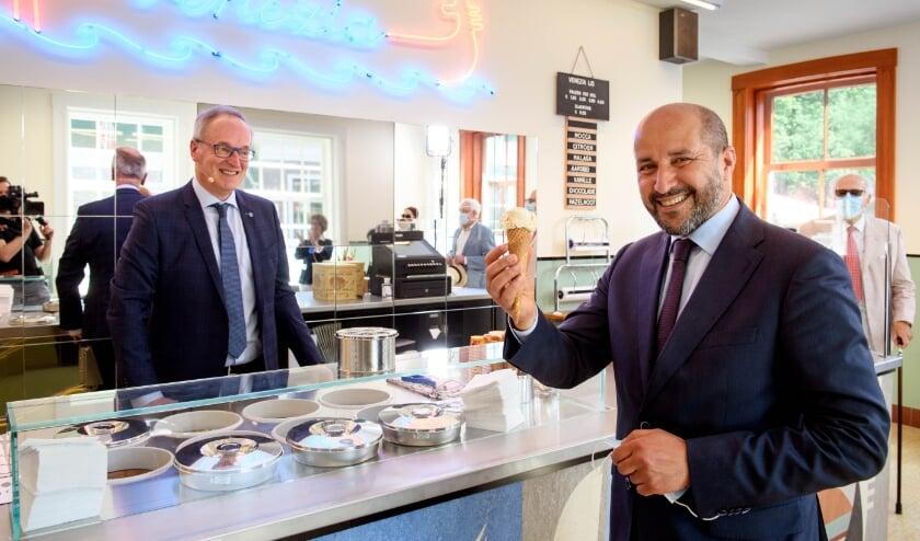 <p>Burgemeester Arnhem Ahmed Marcouch kreeg het eerste Venezia-ijsje van Carlo De Lorenzo</p>