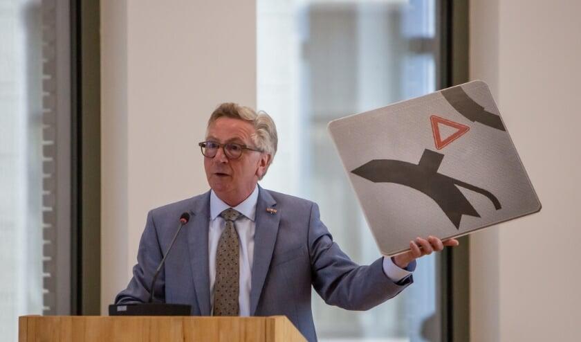 <p>Geert van Rumund toont wat in zijn ogen het meest idiote verkeersbord van Nederland is.&nbsp;</p>