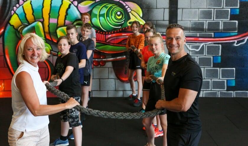 <p>Anita de Waaijer en Josko Koelemeijer met de jongeren die ze trainen in het kader van de 3MNDCHALLENGE.</p>