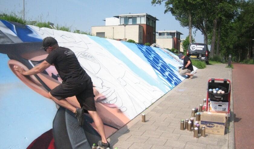 <p>Graffiti als kunst. Het collectief Straatkapers is bezig met de tunnel tussen Dragonder-Oost en Veenendaal-Oost. Half juli moet het klaar zijn. Men hoopt op meer opdrachten. (Foto&#39;s: Pieter Vane)</p>