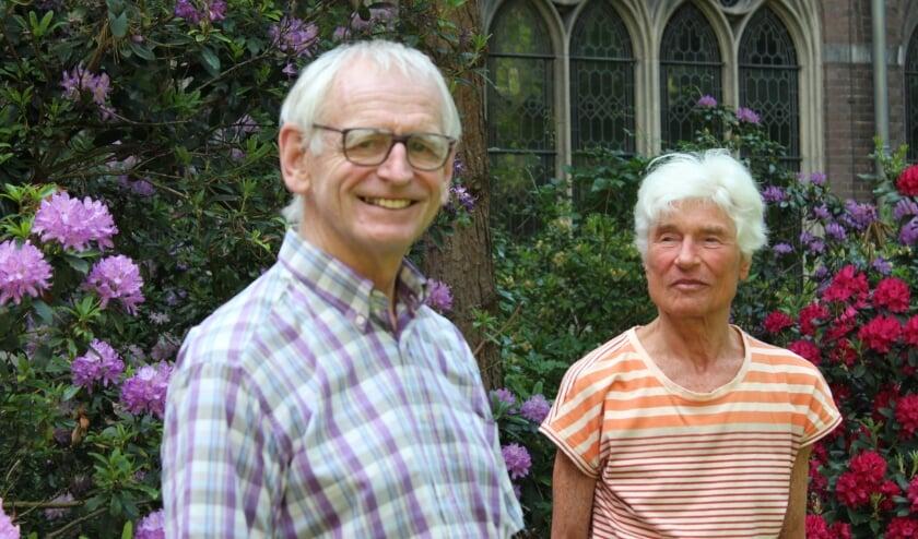 <p>Kees Nypels en Margriet van Kampen in de tuin van het Dominicanenklooster aan de Assendorperstraat.</p>