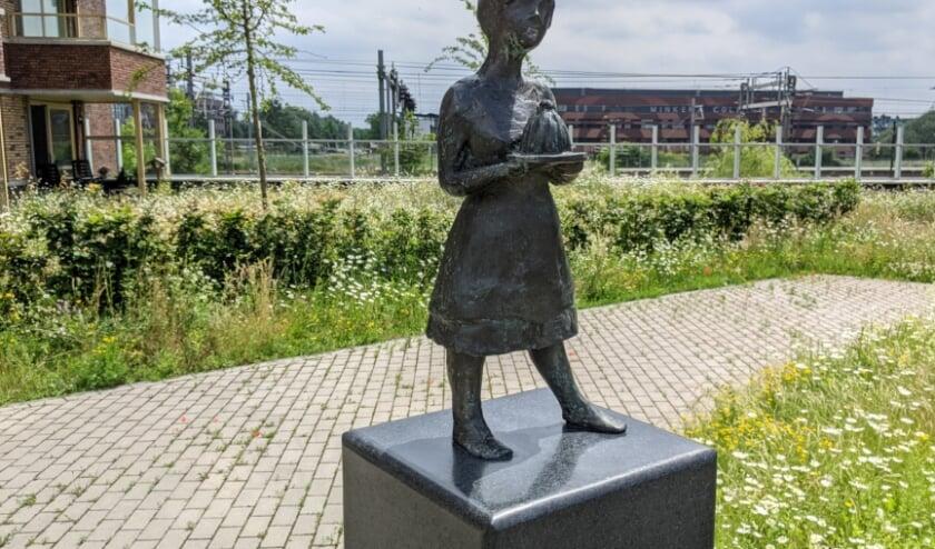 <p>Het Monameisje is gemaakt door Judith Braun. De sokkel is gemaakt door Cartouche Natuursteen en gesponsord door Bolton Bouwgroep.</p>