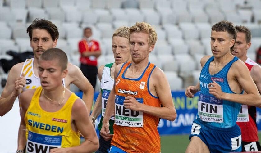 <p>Frank Futselaar in het oranje in actie voor Nederland op de atletiekbaan in het Roemeense Cluj-Napoca.</p>