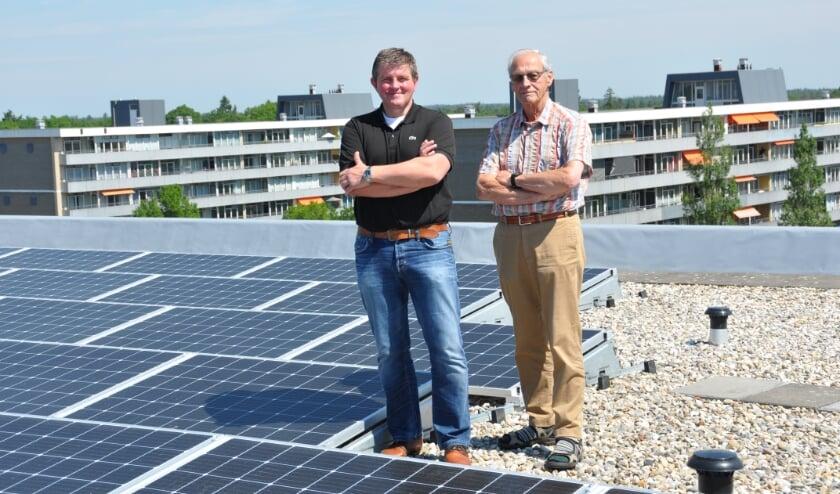<p>Patrick Baas en Jan van Hoeijen op het dak van hun sinds kort duurzame flat.</p>