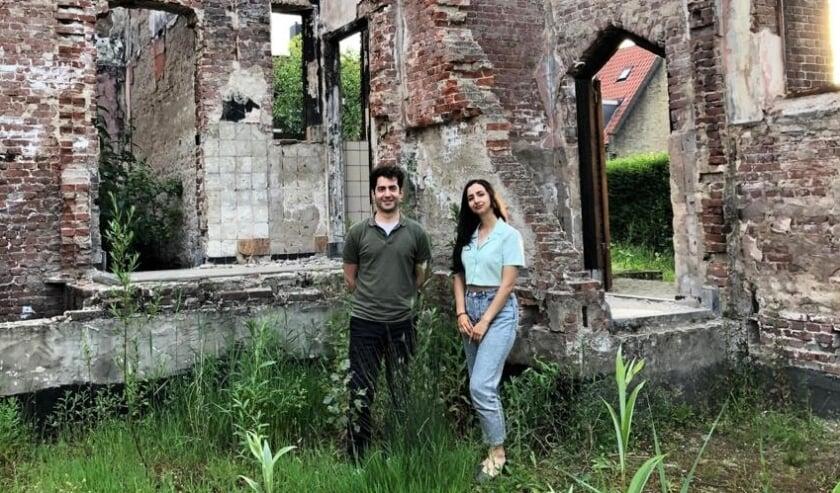 <p>Nima en Mina Morkoc tussen de resten van de afgebrande Julianakerk in Heijplaat. Nima raakte alles kwijt wat hij had, Mina al haar schilderijen. Hij verzamelt sinds de brand niets meer, zij schildert niet meer.</p>