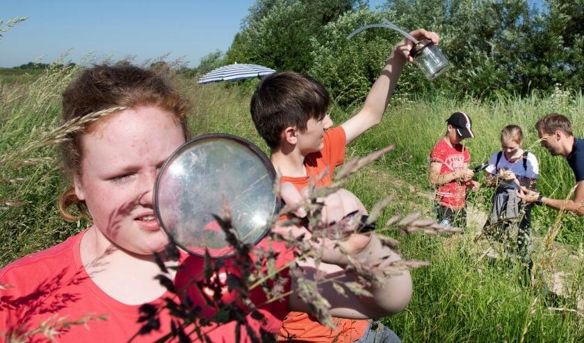 Sarah en Pepijn op veldwerk tijdens de NME-week van Lek en Linge.