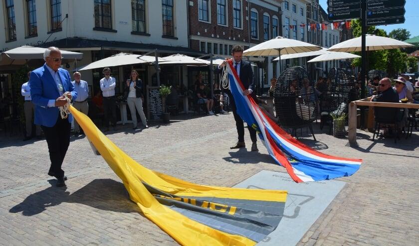 <p>Wethouder Arjan Klein (r.) onthult, samen met Evert van der Poll, eigenaar van Aannemingsmaatschappij Van Gelder de plaquette van de Gulden Snee &nbsp;op de Vischmarkt.</p>