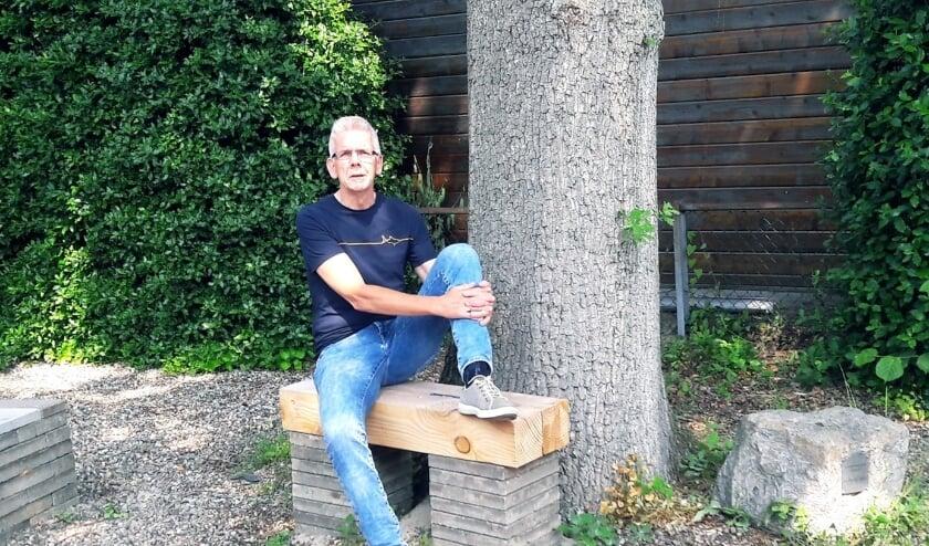 <p>Meester Roel Kieft op de sprekersplaats van het amfitheater dat achter de school is gebouwd.&nbsp;</p>