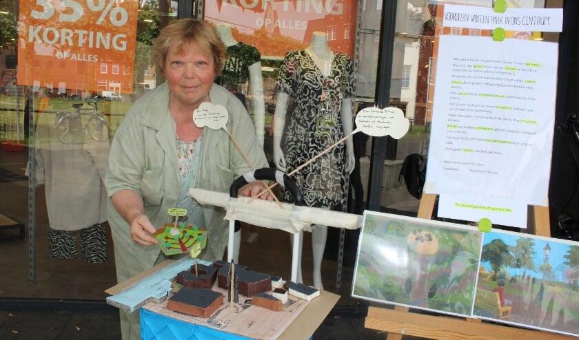 <p>Marjoleine Snaas stond vrijdag met haar maquette op een beschut plekje bij het grasveld naast het Remigiusplein. Ze wil dat het grasveld groen blijft of een parkje wordt.</p>