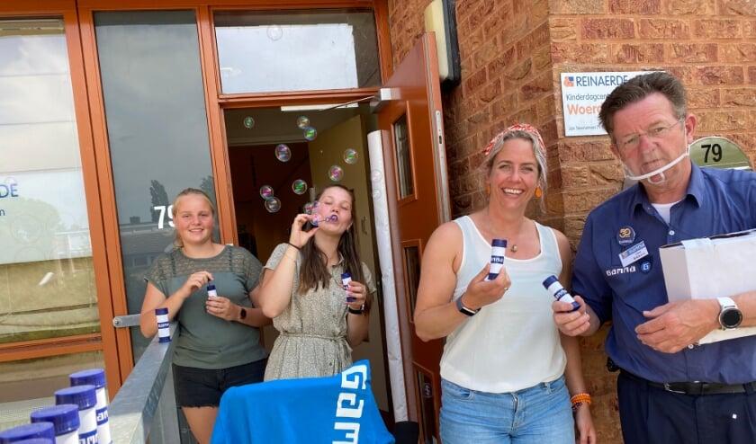 <p>Leidster Jantine Bos met collega&#39;s neemt graag de bellenblaasflesjes in ontvangst van Jan Bikkers van Gamma Woerden.</p>