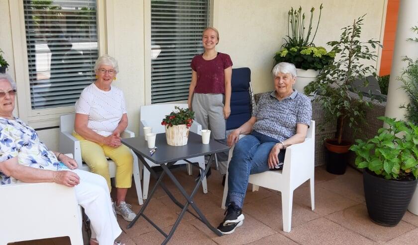 <p>Sinds april organiseert SWA activiteiten voor ouderen in de buitenlucht, zoals hier koffie drinken na Balkon in Beweging. Vanaf 8 juni vinden ook weer activiteiten binnen plaats</p>
