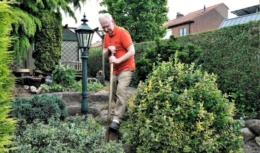 <p>Oud-timmerman Dries Bouman woont al ruim 50 jaar aan de Dr Colijnstraat. Straks gaat zijn huis plat en hij weet niet of hij terugkeert. Hij is zijn tuin alvast aan het leeghalen. (Foto: Jan van den Brink)</p>