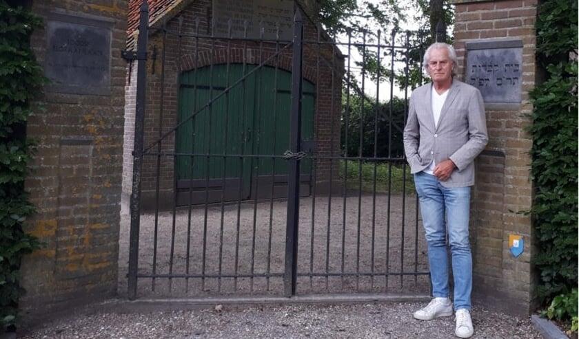 <p>Stadsgids Jaap Pilon zet zich in voor de restauratie van het metaheeerhuisje op de Joodse Begraafplaats aan de Parallelweg. (Foto: PR)</p>