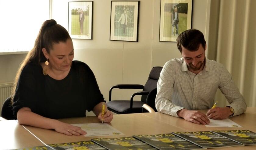 <p>Lisette van 't Hul-Sneller en Sjoerd Kwakkel ondertekenen de nieuwe subsponsorovereenkomst</p>