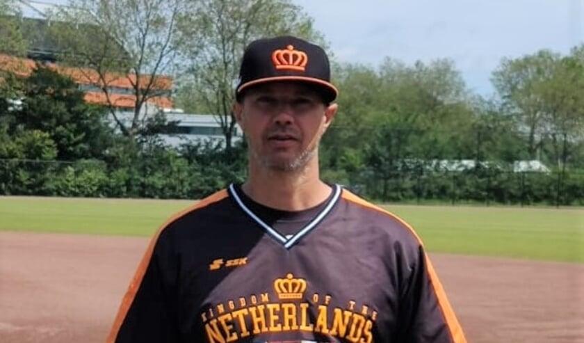 <p>Evert Jan &#39;t Hoen, coach van het Koninkrijksteam, merkt aan de inzet van de selectie dat alle honkballers graag naar de Spelen willen.</p>