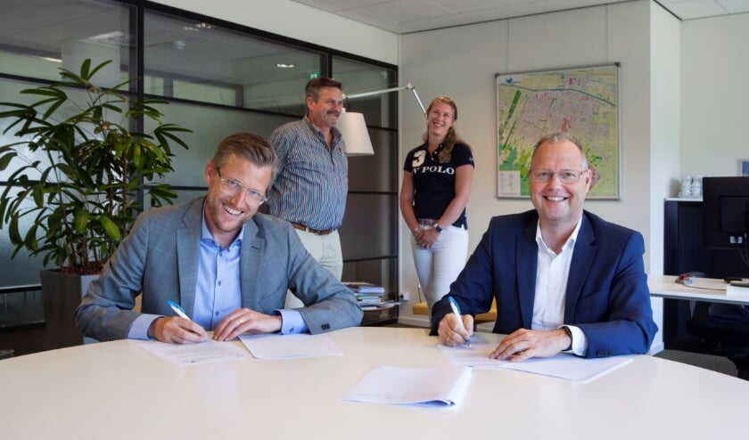 <p>Op de foto van links naar rechts wethouder Hans Boerkamp van Rhenen, projectleider Geert van de Laak van Rhenen, projectleider Evelien Starreveld van Veenendaal en wethouder Engbert Stroobosscher van Veenendaal.</p>